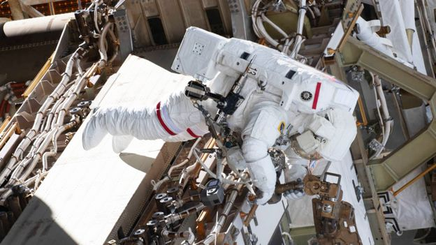 Anne McClain durante su caminata espacial del 22 de marzo