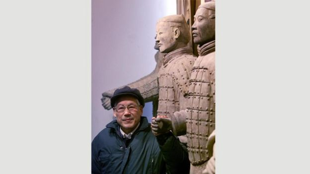 Yang Zhifa posando con uno de los guerreros de terracota