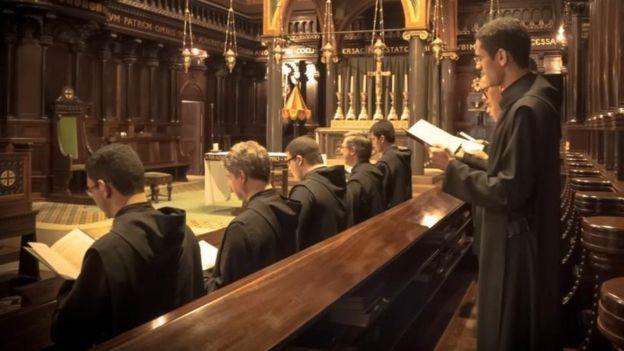 Monges beneditinos, na igreja anexa ao Mosteiro de São Bento de São Paulo