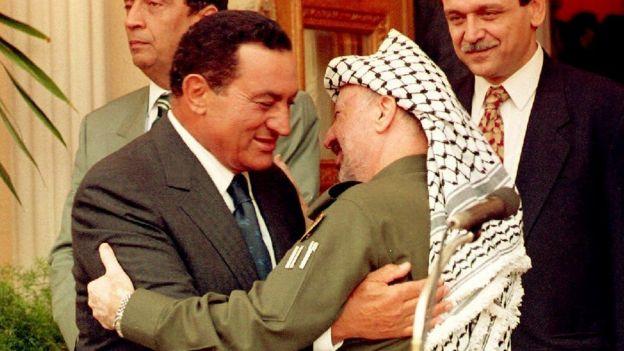 Presiden Mubarak bersama pemimpin PLO Yasser Arafat.