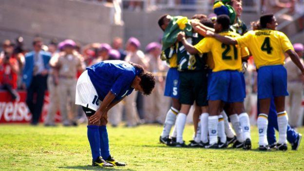1994年美國世界杯,巴喬(Roberto Baggio,巴治奧,左)在決賽踢飛點球。