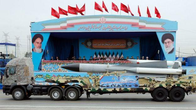 شاحنة عسكرية إيرانية تحمل صاروخا في الاحتفال باليوم الوطني للجيش (أرشيفية)