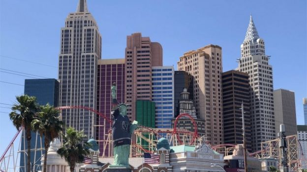 Estatua de la Libertad de Las Vegas vestida con camisa de equipo deportivo.