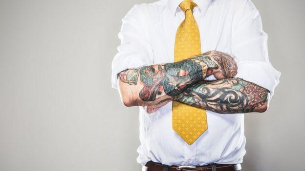 Para algunos es ocultar el tatuaje o perder el trabajo.