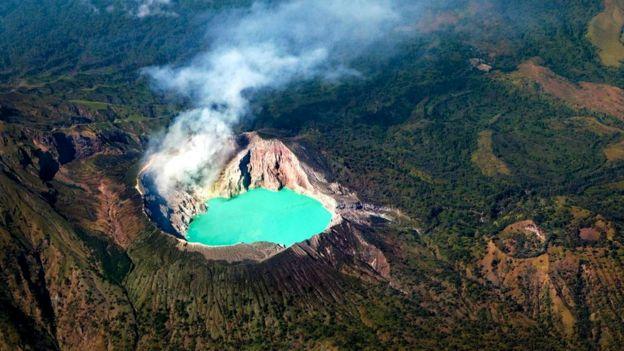 Сернистые газы в сочетании с растворенными металлами придают озеру Кавах Иджен такой неожиданный цвет