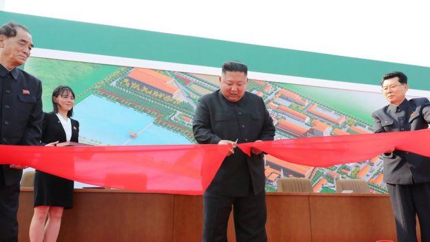 كيم جونغ-أون يقص شريط افتتاح مصنع