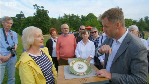 Lee in action, valuing a plate owned by William IV