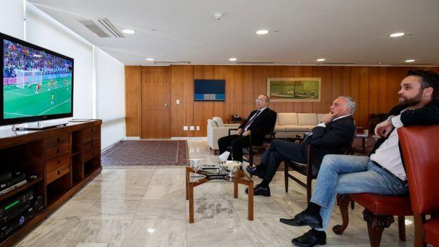 Temer e ministros assistindo ao jogo entre Brasil e Sérvia