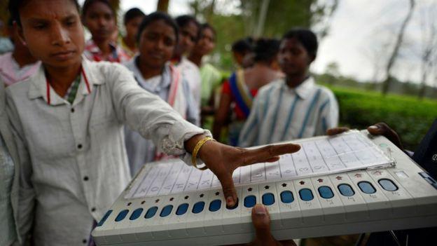 印度大选将为期一个月,选民会以图片内的电子投票机选择属意的候选政党。