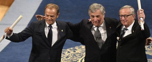 В тройке лидеров ЕС глава Европарламента Антонио Таяни (в центре) серьезно уступает в политическом весе главе Европейского совета Дональду Туску (слева) и председателю Еврокомиссии Жан-Клоду Юнкеру