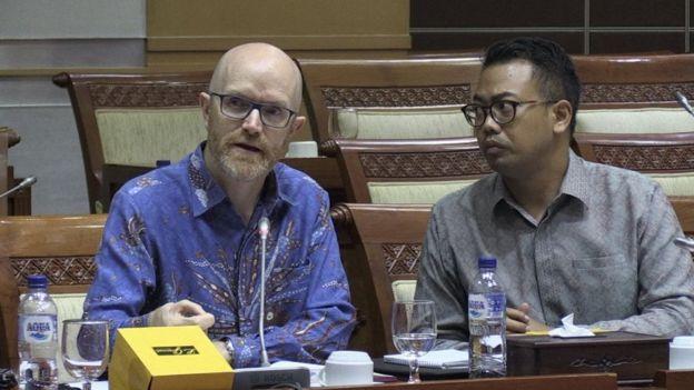 Phó chủ tịch về chính sách công khu vực châu Á-Thái Bình Dương của Facebook Simon Milner (trái) tại một buổi làm việc với chính quyền Indonesia hôm 17/4, sau khi Hạ viện nước này yêu cầu Facebook chịu trách nhiệm việc làm lộ dữ liệu của 1 triệu tài khoản người dùng