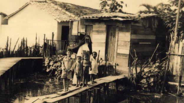 Irmã Dulce em seu trabalho assistencial em comunidades carentes, sobretudo nos Alagados