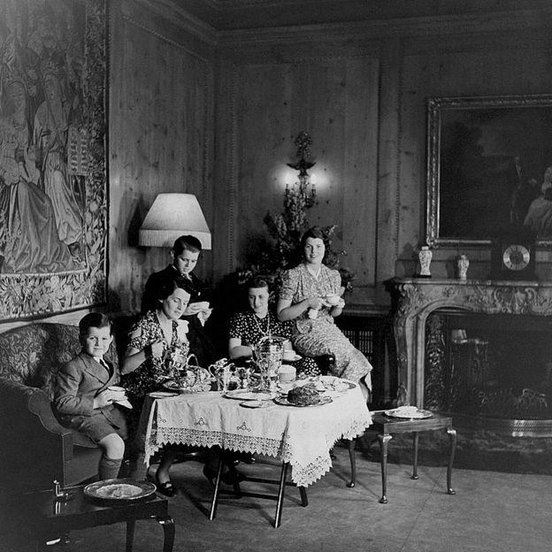 Foto da família tomando chá em Londres que apareció na revista Vogue em 1938