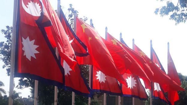 चिनियाँ र नेपाली झण्डा
