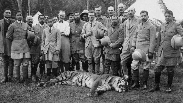 Foto datada de 18 de dezembro de 1921: Edward VIII posa com tigre morto durante um tour no Nepal
