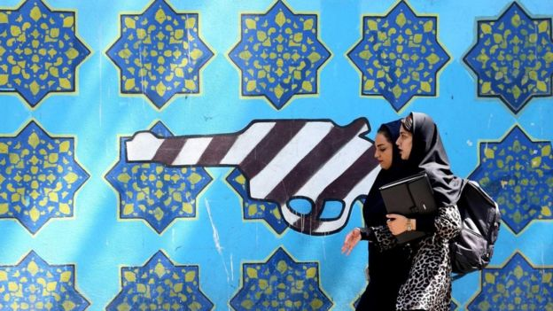 رسومات جدارية خارج مبنى السفارة الأمريكية السابق في طهران