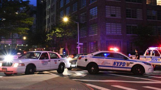 Carros da polícia bloqueiam uma rua durante um protesto em Nova York desencadeado pela morte de George Floyd, em 2 de junho de 2020.