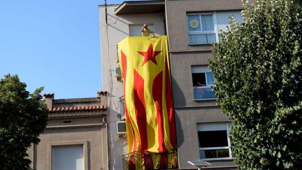 Edificio con la bandera catalana