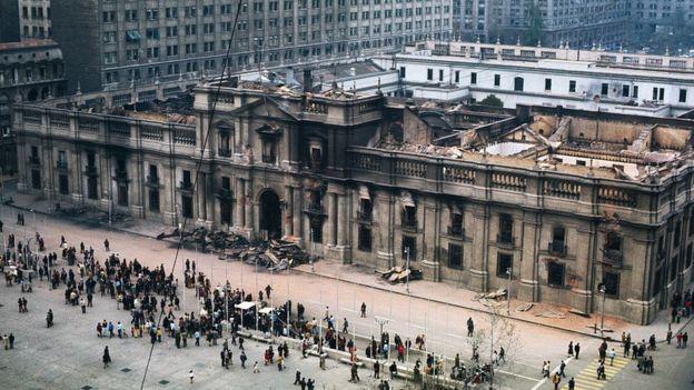Palacio de La Moneda bombardeado.