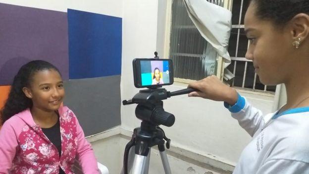 Meninas gravam vídeo