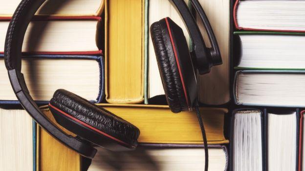 Fone de ouvido sob livros