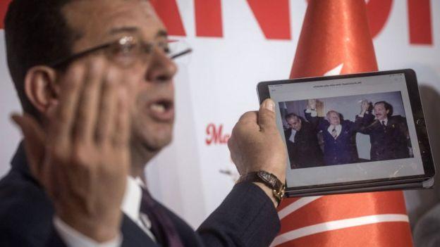 Ekrem imamoğlu, 1994 seçimlerinde erbakan ve erdoğan'ın el ele kutlama yaptığı fotoğrafı gösterirken