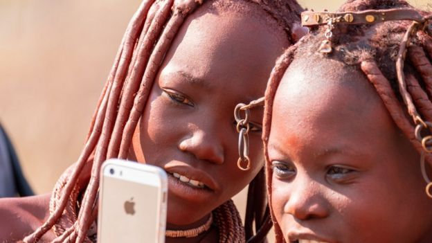 Dos niñas de la tribu Himba en Namibia.