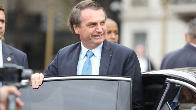 Bolsonaro sorri ao sair de carro
