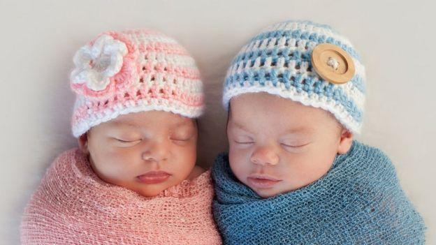 Bebés de rosa y de azul.