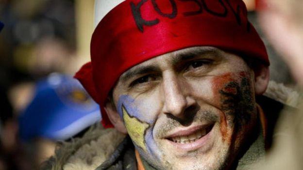 Čovek sa zastavom Kosova i Albanije