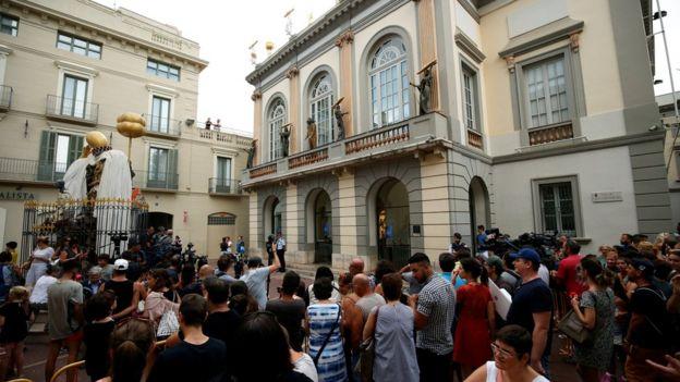 İspanyol sanatçı Salvador Dali'nin ortaya çıkışı sırasında insanlar Dali Tiyatrosu Müzesi önünde durur ve izlerler