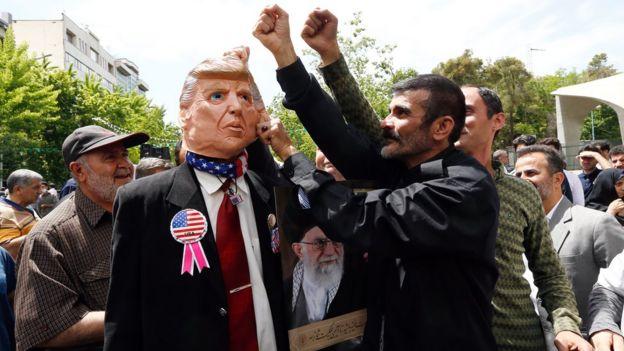 متظاهرون إيرانيون يضربون دمية على شكل ترامب