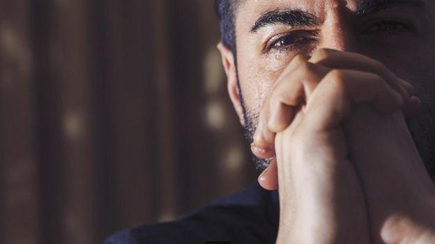Hombre llorando.
