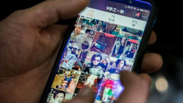 Geng Shuai mostrando sus videos en Kwai, una plataforma de videos en China