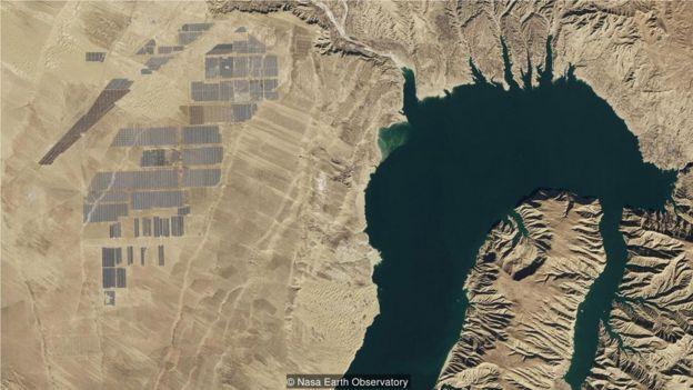 龍羊峽的光伏電站與水力發電大壩相連,是世界上最大的光伏發電站之一(Credit: Nasa Earth Observatory)