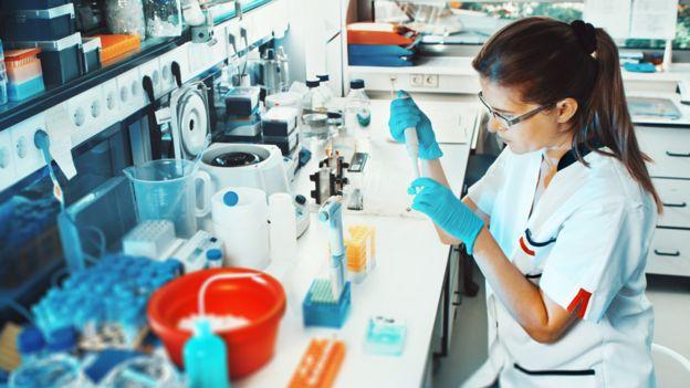 Mujer científica en el laboratorio