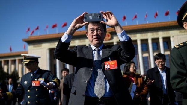 Chinês com celular