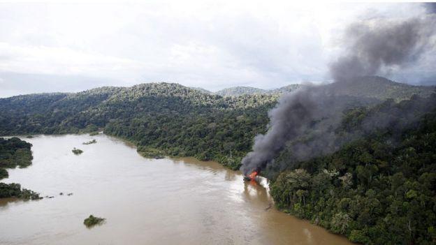Equipe do Ibama combate garimpo ilegal às margens do rio Jamanxim, no Pará