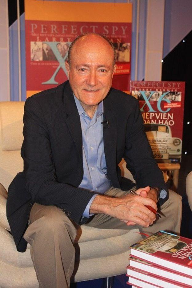 Tác giả Larry Berman trong một buổi ra mắt sách