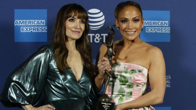 López con la directora del filme, Lorene Scafaria, y el premio Spotlight en el festival de cine de Palm Springs, California.