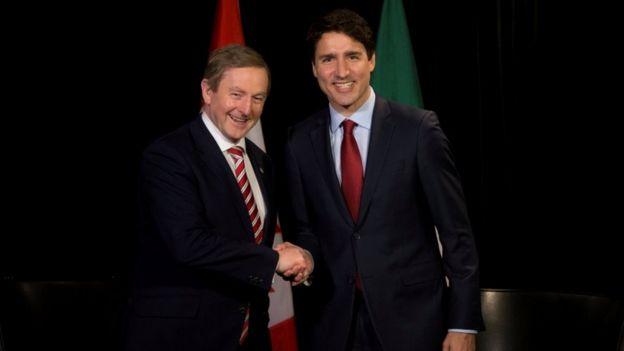 Enda Kenny Mayıs 2017'de Montreal ziyareti sırasında Justin Trudeau ile el sıkışıyor