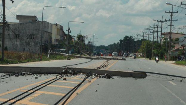 เสาไฟฟ้าล้มเป็นแนวยาวจากเหตุระเบิดในเมืองปัตตานี วันที่ 24 พ.ค. 2557