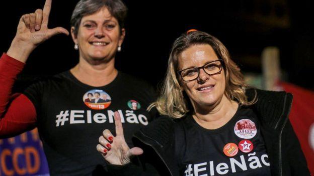 Mujeres manifestándose en contra de Bolsonaro