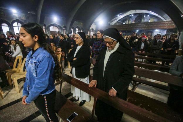 مسيحيون خلال قداس عيد الميلاد في كنيسة مار بهنام ومارت سارة السريانية الكاثوليكية