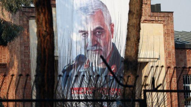 Grande desenho em prédio no Irã mostra Soleimani