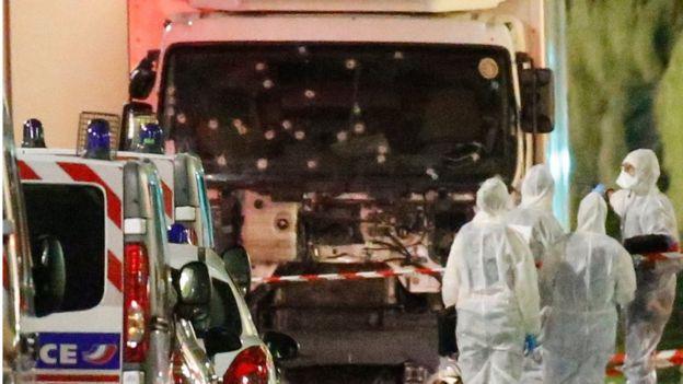 Peritos examinam caminhão usado em atentado de Nice