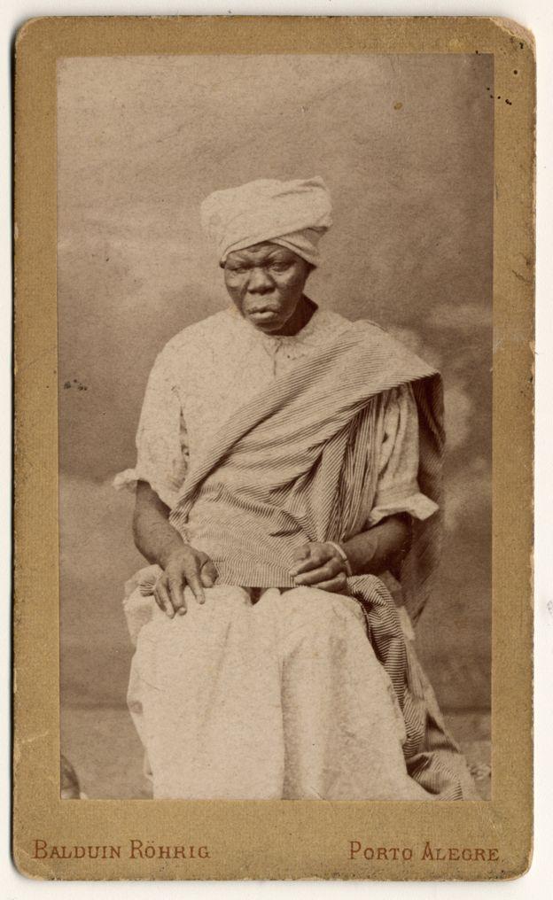 Imagem mostra mulher identificada como escrava de Martin Gestum, em 1880, em Porto Alegre. Crédito: Acervo do Museu de Porto Alegre Joaquim Felizardo/Baldwin Röhrig