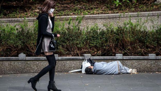 Бездомный в парке в Токио