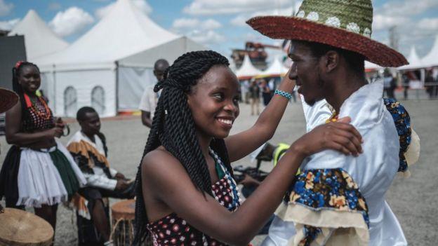 زوجان كينيان يرقصان في موقع بناء خط سكة حديد بين نيروبي ونايفاشا عندما جاء الرئيس لتفقد المشروع في 23 يونيو/حزيران 2018