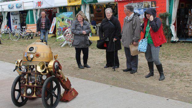 Doris y Dalek yn mwynhau ei Eisteddfod cyntaf // Doris the Dalek's enjoying her first Eisteddfod